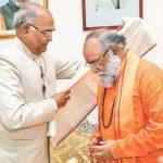 कुमार स्वामीजी भारत के वर्तमान राष्ट्रपति रामनाथ कोविंद से सम्मान ग्रहण करते हुए