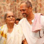 नाना पाटेकर अपनी माँ के साथ