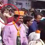 शिवराज सिंह चौ रैली के दौरान थप्पड़ मारते हुए