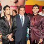 राज बब्बर अपने बेटे आर्य बब्बर (बाईं तरफ) और प्रतीक बब्बर  के साथ