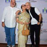 अनुपम खेर अपनी माता और भाई के साथ