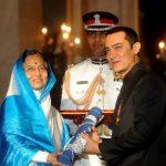 आमिर खान पद्म भूषण पुरस्कार ग्रहण करते हुए