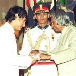 आमिर खान पद्म श्री पुरस्कार ग्रहण करते हुए