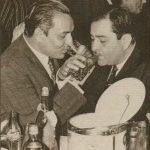 राज कपूर गायक मुकेश के साथ शराब पीते हुए