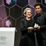 शाहरुख क्रिस्टल पुरस्कार ग्रहण करते हुए
