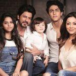 शाहरुख़ खान अपनी पत्नी और बच्चों के साथ