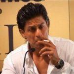 शाहरुख़ खान धूम्रपान करते हुए