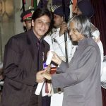 शाहरुख़ खान पद्मश्री पुरस्कार ग्रहण करते हुए