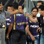शाहरुख़ खान वानखेड़े स्टेडियम में लड़ाई करते हुए