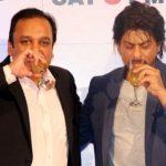शाहरुख़ खान शराब पीते हुए