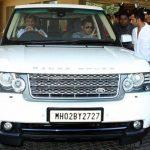 सलमान खान अपनी रेंज रोवर वोग कार में