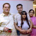 सलमान खान अपने माता-पिता और बहन के साथ