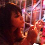 अंकिता कोनवर धूम्रपान करते हुए