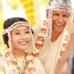 अंकिता कोनवर मिलिंद सोमन से विवाह करते हुए