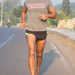 मिलिंद सोमन बिना जूते के दौड़ते हुए
