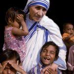 मदर टेरेसा नीली पट्टी वाली सफ़ेद साड़ी में