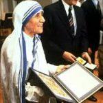 मदर टेरेसा नोबेल पुरस्कार ग्रहण करते हुए