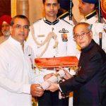 परेश रावल पद्मश्री पुरस्कार ग्रहण करते हुए
