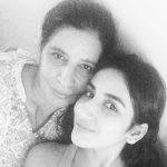 पारुल गुलाटी अपनी माँ के साथ