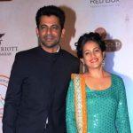 सुनील ग्रोवर अपनी पत्नी के साथ