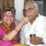 भूपेंद्र हुड्डा अपनी पत्नी के साथ