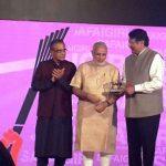 अजय पीरामल Corporate Trailblazer पुरस्कार ग्रहण करते हुए