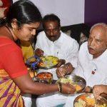 बी॰ एस॰ येदियुरप्पा दलित परिवार के घर भोजन करते हुए