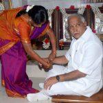 बी॰ एस॰ येदियुरप्पा अपनी बहन के साथ