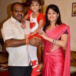 एच. डी. कुमारस्वामी अपनी दूसरी पत्नी राधिका कुमारस्वामी व अपनी बेटी के साथ