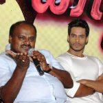 एच.डी. कुमारस्वामी अपने बेटे निखिल गौड़ा के साथ