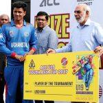 मुजीब एसीसी यू - 19 युवा एशिया कप 2017 टूर्नामेंट में पुरस्कार लेते हुए