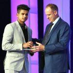 श्रेयस अय्यर क्रिकेटर ऑफ द इयर पुरस्कार के साथ