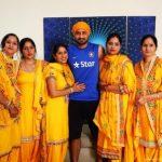 हरभजन सिंह अपनी बहनों के साथ