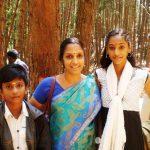 अनुकृति वास अपने बचपन के दिनों में अपनी माँ और भाई के साथ