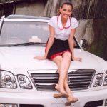 दीया मिर्ज़ा अपनी लेक्सस एलएक्स एसयूवी कार के साथ