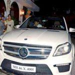 काजोल अपनी कार मर्सिडीज बेंज एसयूवी के साथ