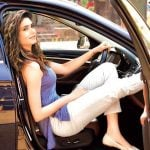 करिश्मा तन्ना अपनी बीएमडब्ल्यु कार में