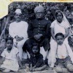 गुलज़ारी लाल नंदा (बाईं ओर) केवल कृष्ण मेहता (बीच में गुलज़ारी लाल नंदा के ससुर) लक्ष्मी देवी (दाईं ओर) पुष्पा नंदा (नीचे बाईं ओर) नरेंद्र (नीचे बीच की ओर) महाराज कृष्ण मेहता (नीचे दाईं ओर)