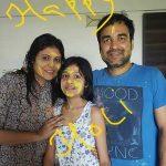 पंकज त्रिपाठी अपनी पत्नी और बेटी के साथ