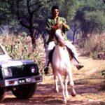 राजा भैया घुड़सवारी करते हुए