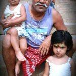 संजय मिश्रा अपनी बेटियों के साथ