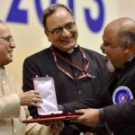 सौरभ शुक्ला राष्ट्रीय पुरस्कार ग्रहण करते हुए