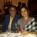 नीना गुप्ता अपने पति के साथ शराब पीती हुई