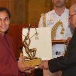 रानी रामपाल अर्जुन पुरस्कार ग्रहण करते हुए