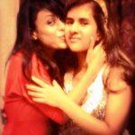 रीत मजूमदार अपनी बहन के साथ