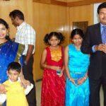 शंकर अपनी पत्नी और बच्चों के साथ