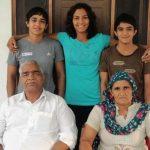 रितु फोगाट अपने माता पिता और बहनों के साथ