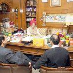 महाशय गुलाटी अपने कार्यालय में