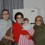 नमिता भट्टाचार्य (बीच में) अपनी माँ और नानी के साथ