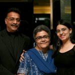 निहारिका अपने माता पिता के साथ